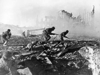 Σοβιετικοί μαχητές στην επίθεση