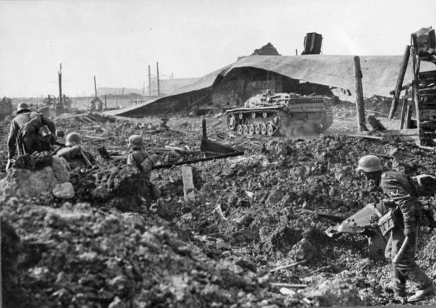 Γερμανοί στρατιώτες βαδίζουν προς την πόλη