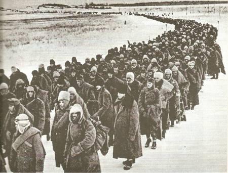 Αιχμάλωτοι Γερμανοί συνοδεύονται μακριά από την πόλη