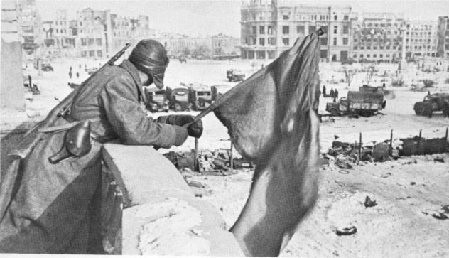 Η Κόκκινη σημαία κυματίζει ξανά στην κεντρική πλατεία.