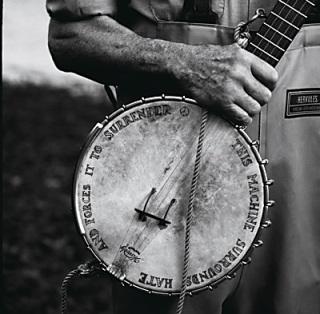 """Σε διάλογο με την κιθάρα του Guthrie, """"this machine kills fascists"""", το μπάντζο του Pete Seeger """"περικυκλώνει το μίσος και το οδηγεί στην παράδοση"""""""